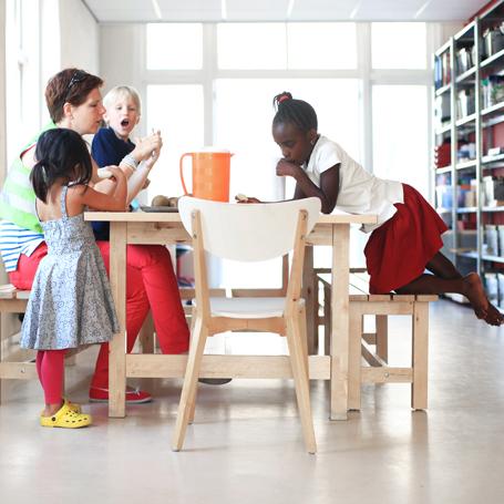 kinderen aan tafel met volwassene