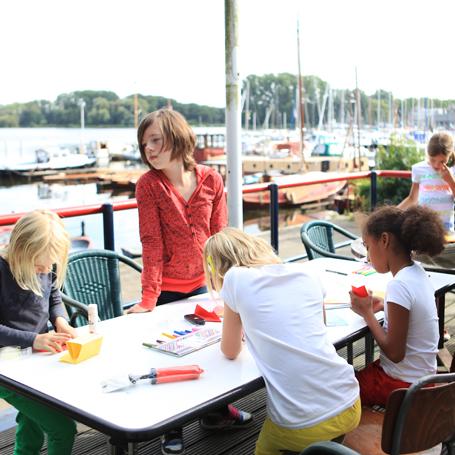 kinderen knutselen aan tafel