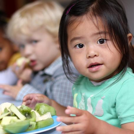 kinderen eten fruit