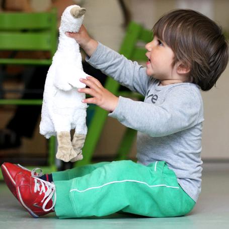 Kind met knuffel eend